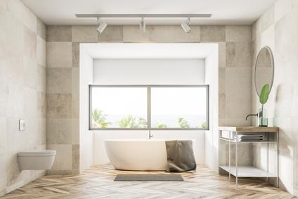 helles Badezimmer mit Marmorvertäfelung und Aussicht