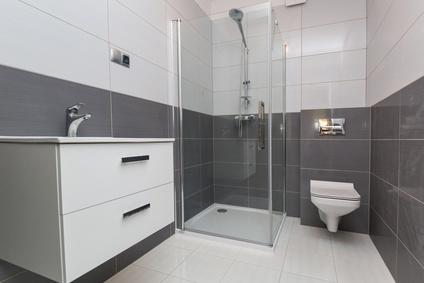 bodenebene Dusche in kleinem Badezimmer