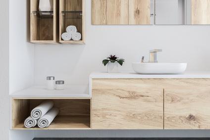 modernes Badinteriour mit Holzfront aus Buche